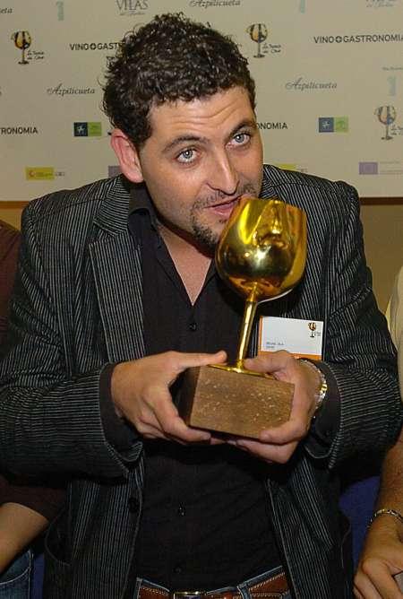 Foto de archivo del catalán David Seijas, sosteniendo el trofeo de ganador del premio Nariz de Oro 2006 que distingue al mejor sumillier español.