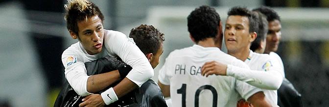 Neymar celebra el triunfo con sus compañeros
