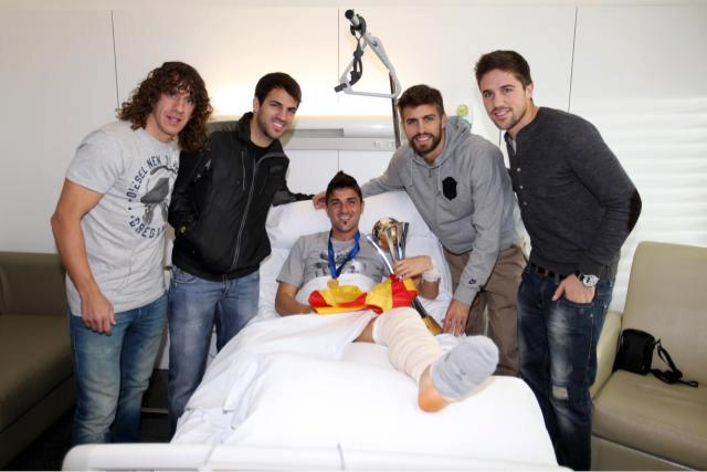 Puyol, Cesc, Piqué y Fontàs llevan la copa del Mundial de Clubes a David Villa al hospital