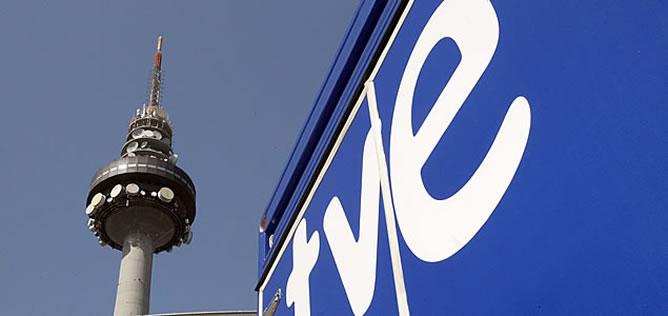 Vista de Torrespaña (el popular Pirulí), en Madrid, junto a un camión con el logotipo de RTVE