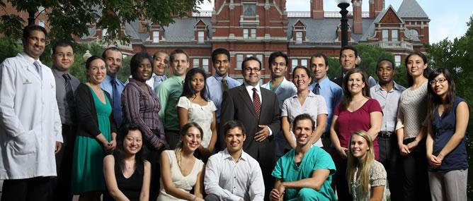 El doctor Hinojosa con su equipo del hospital John Hopkins en una fotografía del año 2008