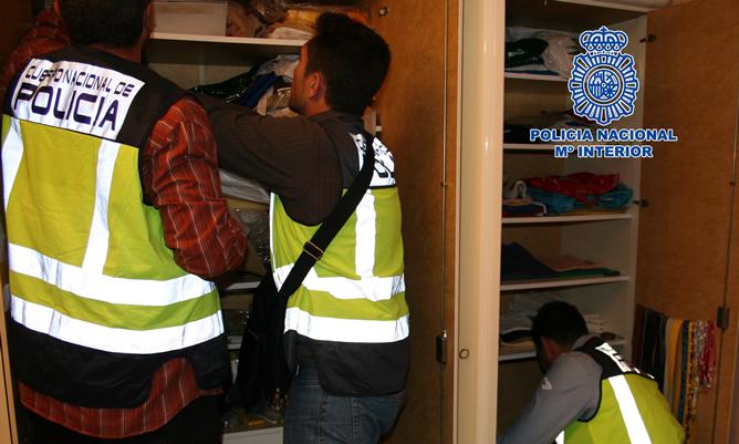Agentes de la Policía Nacional registran el domicilio del detenido por abusos sexuales a una menor