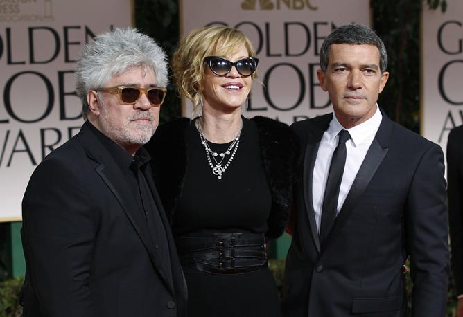 Pedro Almodóvar, Melanie Griffith y Antonio Banderas, en los Globos de Oro 2012