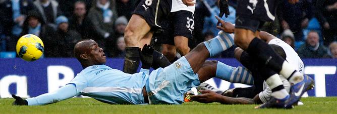 Además de este feo lance, el italiano piso la cabeza de Parker en otro momento del partido