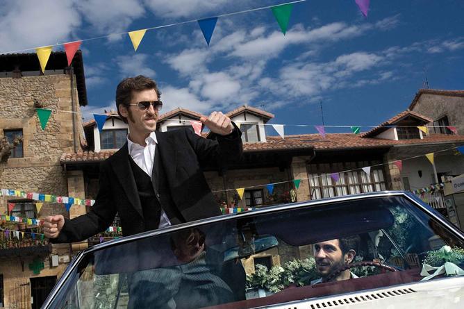 Raúl Arévalo -a la izquierda de la imagen- en un fotograma de la película 'Primos'