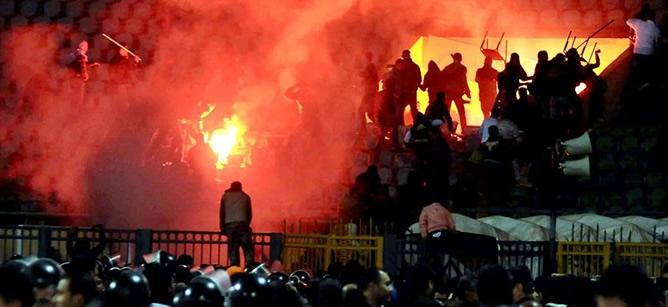 Aficionados egipcios se enfrentan en las gradas del estadio de Port Said (Egipto) este miércoles 1 de febrero de 2012. Al menos 73 personas han muerto y 136 han resultado heridos en los enfrentamientos entre las hinchadas de dos equipos de fútbol egipcios en Port Said (noreste), según ha informado el delegado de Sanidad de la ciudad, Helmy Ali al Atny.