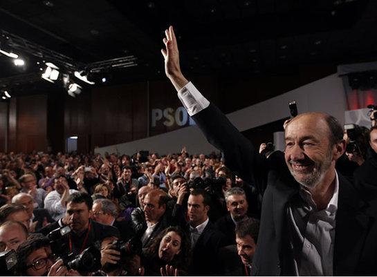 FOTOGALERIA: Rubalcaba saluda a todos los delegados tras conocer su victoria
