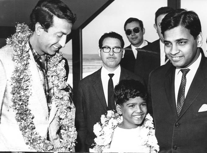 La llegada del periodista de la Cadena SER al aeropuerto de la India para entrevistar a Vicente Ferrer