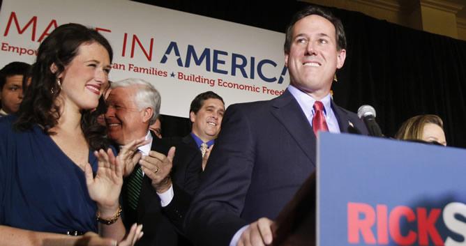 Rick Santorum, acompañado por su hija Elizabeth, se dirige a sus seguidores en el Centro de Convenciones St. Charles en Missouri