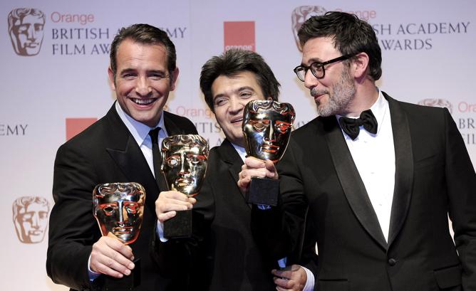 Jean Dujardin, Thomas Langmann -productor- y Michel Hazanavicius, con sus BAFTA por 'The Artist'