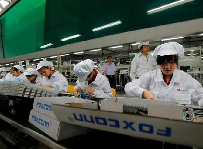Empleados de Foxconn trabajando en una ensambladora
