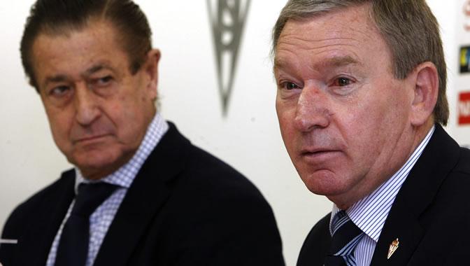 El nuevo entrenador del Sporting de Gijón, Javier Clemente, acompañado del presidente del Sporting, Manuel Vega-Arango