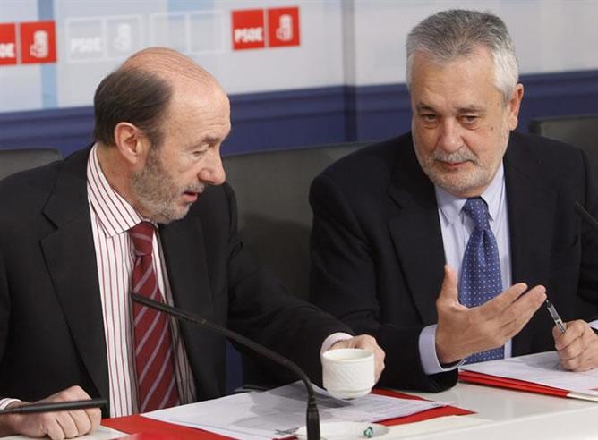 El secretario general del PSOE, Alfredo Pérez Rubalcaba conversa con el presidente de la Junta de Andalucía, José Antonio Griñán, al inicio de una reunión de la Ejecutiva Federal Socialista (EFE)
