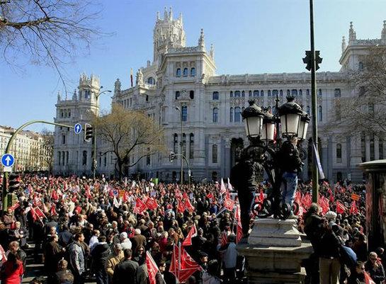 FOTOGALERIA: Vista de la manifestación en la plaza de La Cibeles de Madrid hoy, 19 de febrero de 2012 contra la reforma laboral