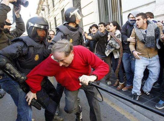 FOTOGALERIA: La policía dispersa a los manifestantes