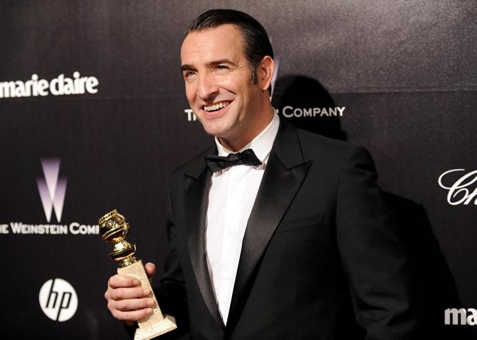 Jean Dujardin, con su Globo de Oro, sonríe ante los fotógrafos