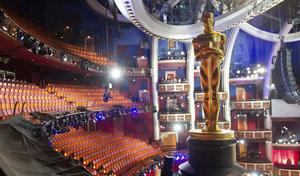 Una estatua de los Oscar preside el teatro de la ceremonia