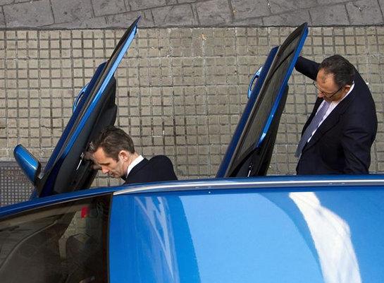 FOTOGALERIA: El duque de Palma, acompañado de su abogado, Mario Pascual Vives, se suben a un coche particular tras abandona los juzgados en su pausa para comer