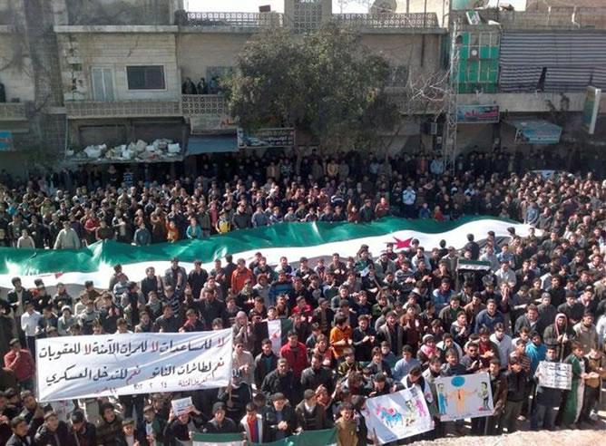 Manifestación convocada en Idlib (Siria) pidiendo el cese de la violencia (EFE)