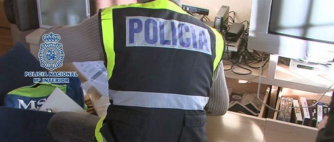 Fotografía facilitada por la Policía Nacional tras la detención en las ciudades de Madrid y Málaga de cuatro ciberdelincuentes de Anonymous