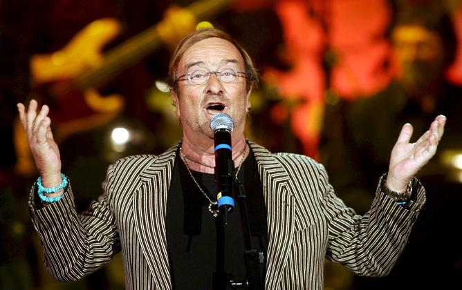 El cantante Lucio Dalla canta en 2009 en un programa de la televisión italiana