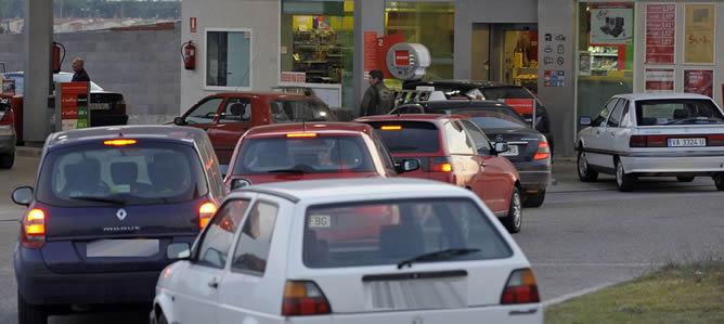 El cobro del conocido como céntimo sanitario generó colas de vehículos en muchas gasolineras de Castilla y León un día antes de su entrada en vigor