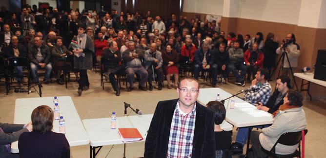 El alcalde de Rasquera, Bernat Pellisa, durante el pleno extraordinario que ha aprobado ceder terrenos a la Asociación Barcelonesa Cannábica de Autoconsumo