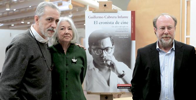 Fernando Trueba, Miriam Gómez -viuda de Cabrera Infante- y el editor Toni Muné, durante la presentación de 'El cronista de cine'