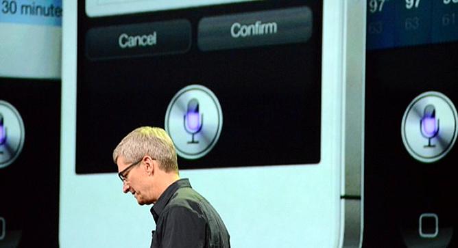 Tim Cook, consejero delegado de Apple, pasea por el escenario durante la presentación del nuevo iPad de Apple