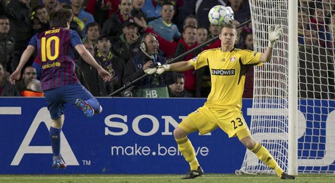Lionel Messi supera a Bernd Leno para hacer el primero de su cuenta