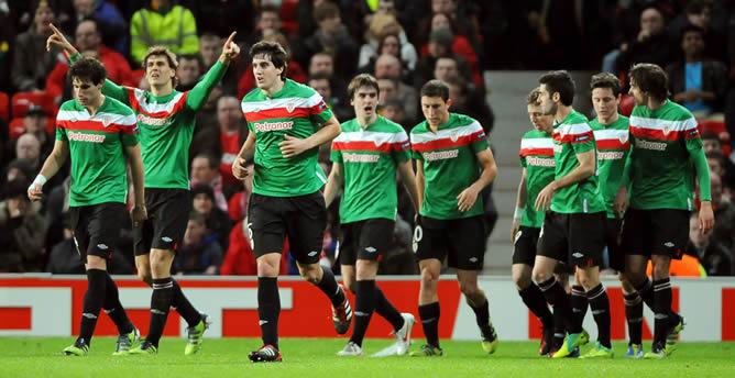 Los jugadores de Athletic de Bilbao celebran después de una anotación ante Manchester United