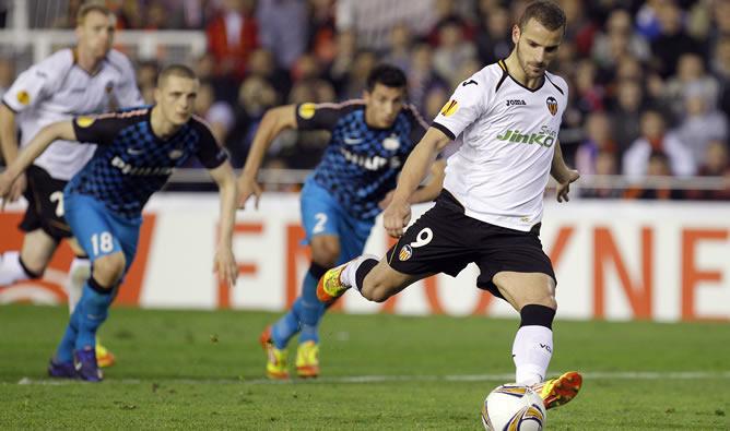 El delantero del Valencia, Roberto Soldado, en el momento de lanzar el penalti que ha supuesto el tercer gol del equipo valencianista