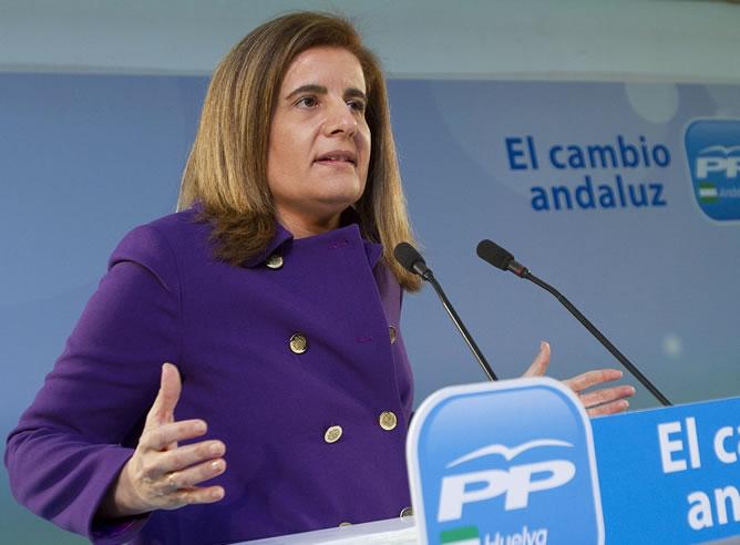 La ministra de Empleo y Seguridad Social, Fátima Báñez, durante su intervención en el Foro de la Mujer organizado por el PP de Huelva, esta noche en un conocido hotel onubense