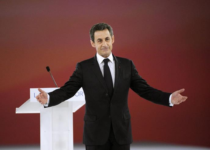 Nicolas Sarkozy agradece el aplauso durante el gran gran mitin que ha ofrecido ante 50.000 simpatizantes en Villepinte, a las afueras de París (EFE)