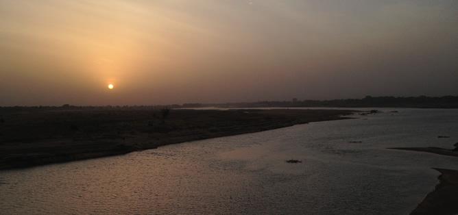 Río Chari, a su paso por Djamena, la línea fronteriza de Chad con Níger y Camerún