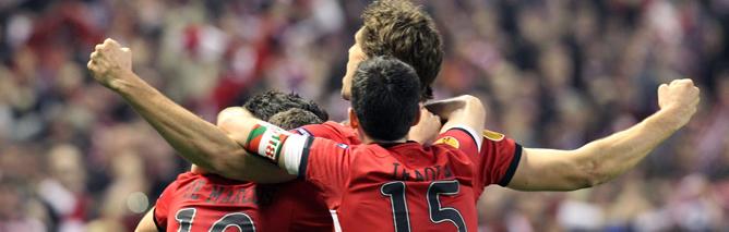 Los jugadores del Athletic Club celebran su primer gol ante el Manchester United, obra del delantero Fernando Llorente, durante el partido correspondiente a la vuelta de octavos de final de la Liga Europa que se disputa en el estadio de San Mamés