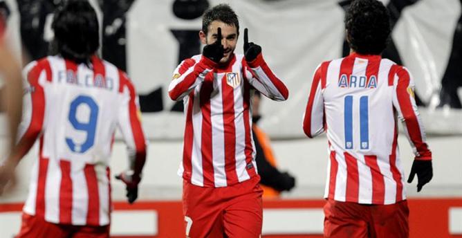 Adrián festeja su gol con Arda Turán y Radamel Falcao