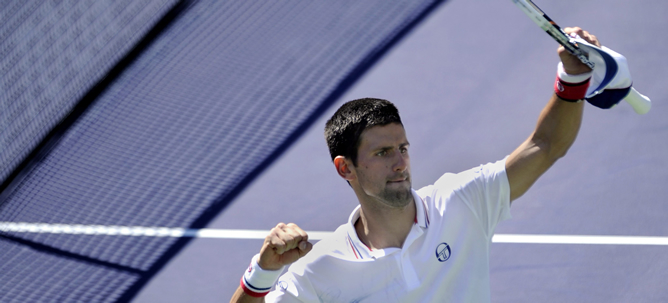 El serbio Novak Djokovic celebra tras vencer 6-3, 6-4 al español Nicolás Almagro hoy, jueves 15 de marzo de 2012, durante el partido del Abierto BNP Paribas en Indian Wells