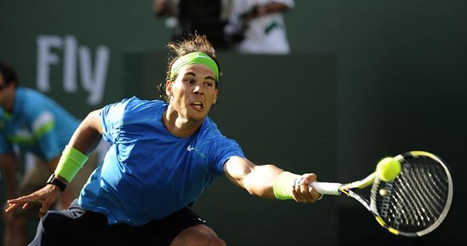 Rafael Nadal devuelve una bola al argentino David Nalbandian