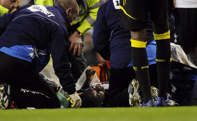 El jugador del Bolton Wanderers, Fabrice Muamba (c), recibe atención médica tras desmayarse durante el partido de la Copa de la FA disputado frente al Tottenham Hotspur, en el estadio White Hart Lane de Londres