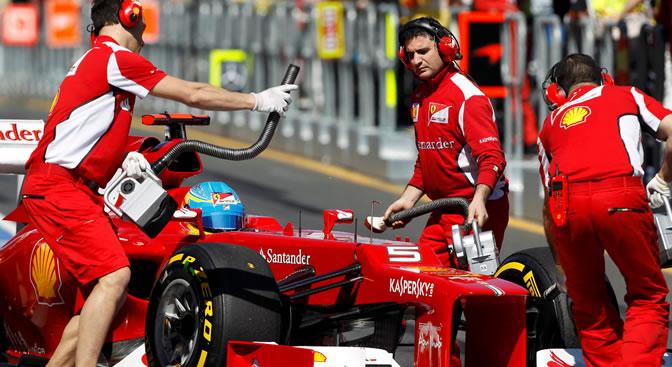 El piloto español de Ferrari, Fernando Alonso, sale de boxes durante el Gran Premio de Australia