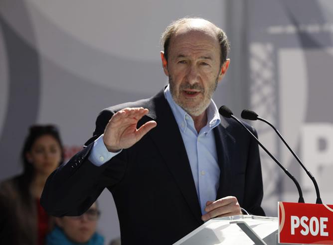 El Secretario General del PSOE, Alfredo Perez Rubalcaba, en un mitin en El Ejido, junto con el cabeza de lista socialista al Parlamento Andaluz por Almería, José Luis Sánchez Teruel (EFE)
