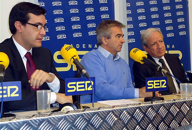El director de 'Hoy por Hoy', entre el presidente del TC -derecha- y el secretario de Estado de Relaciones con la Cortes