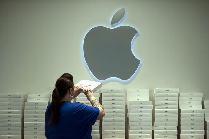Una empleada de Apple coloca cajas del nuevo iPad en una tienda de San Francisco