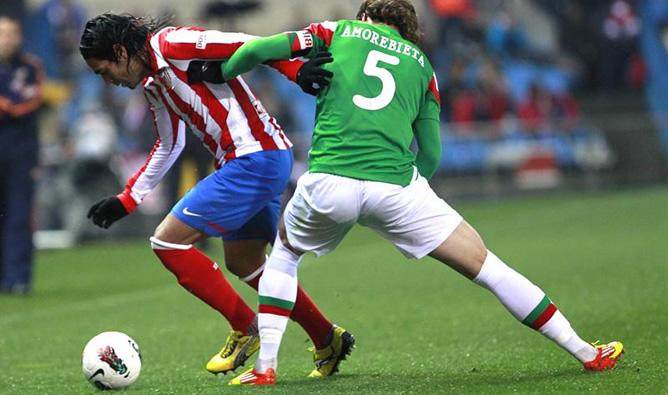 El delantero colombiano del Atlético de Madrid Radamel Falcao disputa el balón con el jugador del Athletic Fernando Amorebieta durante el partido correspondiente a la vigésimo novena jornada de la Liga BBVA
