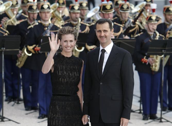 Foto de archivo de  Al Asad y su mujer Asma en una cena en la Cumbre Unión Europea-Meditarráneo celebrada en París en 2008