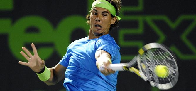 El tenista español, Rafa Nadal, devuelve la bola al colombiano Santiago Giraldo, en el torneo de Miami celebrado en Key Biscayne