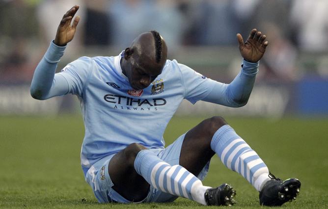 Mario Balotelli se lamenta tras la derrota del Manchester City ante el Stoke