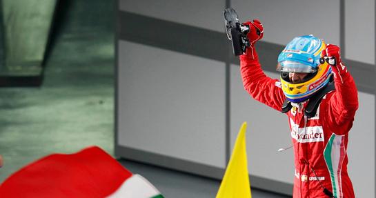 FOTOGALERIA: Fernando Alonso celebra la victoria sobre su coche