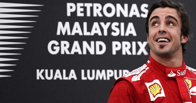 El español, en el podio de Sepang tras ganar el Gran Premio de Malasia del Mundial 2012